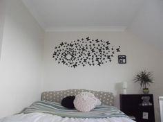 déco murale en papillons de papier noir plié dans la chambre d'adolescente