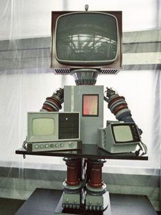 ロシアがソビエト連邦時代に展開した技術プロパガンダ「やさしいロボット」> 頭にテレビを付けたロボットの開発 1971年