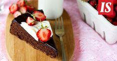 Suklaa ja mansikat sopivat täydellisesti yhteen. Ne yhdistyvät tässä maukkaassa kakussa.