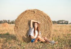 . Model Poses Photography, Summer Photography, People Photography, Creative Photography, Lifestyle Photography, Farm Photo, Girl Photo Poses, Poses For Pictures, Summer Photos