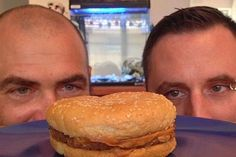 These guys put a sandwich from McDonald's in the box, opened it in 20 years - Conand Repair Mcdonalds, Food Facts, 20 Years Old, Hamburger, Sandwiches, Healthy Recipes, Healthy Food, The Incredibles, Guys