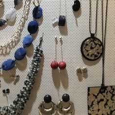 Sono molto facilmente abbinabili con altri  gioielli perché nonostante la lunghezza sono sobri e il color rosso molto deciso trancia con le altre cose.
