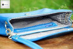 Poseta din piele naturala 5 -albastru azur -captuseala textil -bareta piele reglabila prin catarama metalica argintie -bareta detasabila prin carabine metalice argintii -buzunar interior cu fermoar -inchidere prin magnet metalic argintiu -dimensiuni l=25cm h=17cm g=4cm  PRET: 180 lei
