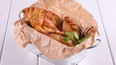 Empanada argentina En primer lugar, cortamos la carne de entrécula a cuchillo en trozos muy pequeños. Seguidamente, en una sartén bien caliente derretimos la manteca de...