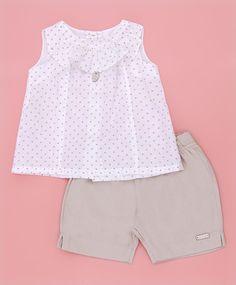 Conjunto short bege e blusa branca de poá by Pouca Idade