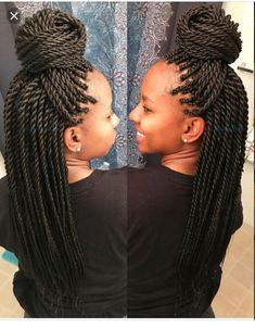 All styles of box braids to sublimate her hair afro On long box braids, everything is allowed! For fans of all kinds of buns, Afro braids in XXL bun bun work as well as the low glamorous bun Zoe Kravitz. Senegalese Twist Hairstyles, Twist Braid Hairstyles, Girl Hairstyles, Senegalese Twist Braids, Black Hairstyles, Fishtail Braids, Senegalese Twist Medium, Crochet Senegalese Twist, 4 Braids