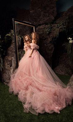 Невесомое полупрозрачное платье нежно-розового цвета. Регулируется за счёт пояса. Стоимость аренды: 3500 рублей Также в…
