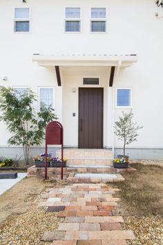 エアコン嫌いでも快適に過ごせる 住む人にやさしい家 in 2020 Entrance, Home, Outdoor Decor, House, Backyard Landscaping Designs, Gravel Landscaping, Green, Door Gate, Exterior