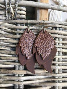 Leather Earrings - Genuine Leather Leaf Dangles in Rustic Brown - Lightweight Earrings - Diy schmuck - Leather Jewelry Making, Diy Leather Earrings, Diy Earrings, Leather Gifts, Leather Craft, Homemade Jewelry, Diy Jewelry, Diy Crafts For Gifts, Leather Projects