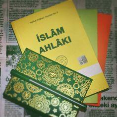 Sizin en hayırlınız ahlakça en güzel olanınızdır buyuruyor Efendimiz.  H a y i r l i G e c e l e r ! #islam #islamahlaki #hakikatkitabevi #yeşil #semerkand #semerkandgenclik #okumakiptiladır #okumak #okumayiseviyorum #green #kitap_molasi #kitaplayasamak #1kitap1fotograf #kitaplariyikivar #kitapokumak #okudukcabuyurinsan #kitapagaci #kitaplarim #kitaplar #kitapsevgisi #ahlak