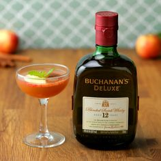 Cinnamon Apple Scotchtail This fresh and fun Buchanan's scotchtail has all the flavor of fall in a glass! Drinks Alcohol Recipes, Yummy Drinks, Healthy Drinks, Cocktail Recipes, Buchanan Drinks, Buzzfeed Food Videos, Thanksgiving Cocktails, Homemade Wine, Bourbon Drinks