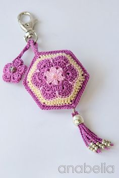 Crochet key chain, african flower motif, by Anabelia Tutorial for Crochet, Knitting. Bandeau Crochet, Crochet Diy, Crochet Amigurumi, Love Crochet, Crochet Gifts, Crochet Motif, Crochet African Flowers, Crochet Flower Patterns, Crochet Flowers