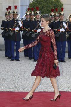 Doña Letizia, vestida de Varela, a su llegada a la cena de gala