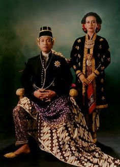Sri Sultan Hamengkubuwana X and Queen Consort Gusti Kanjeng Ratu Hemas of Yogyakarta, Indonesia Old Photos, Vintage Photos, Vietnam, Polynesian People, Dutch East Indies, Javanese, World Cultures, Kebaya, People Around The World