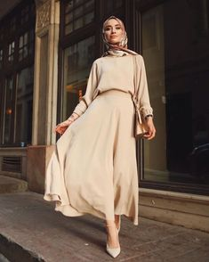 muslim fashion The most fashionable hijab street style that you can easily copy Kimonos Fashion, Hijab Fashion Summer, Modest Fashion Hijab, Modern Hijab Fashion, Street Hijab Fashion, Tokyo Street Fashion, Hijab Fashion Inspiration, Abaya Fashion, Muslim Fashion