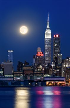 Empire State Building & supermoon of August 2015 New York Life, Nyc Life, City Vibe, New York City Travel, City Wallpaper, City Aesthetic, Dream City, Jolie Photo, Night City