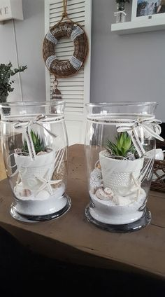 Cactus planters with sand and seashells can find Planters and more on our website.Cactus planters with sand and seashells Beach House Decor, Diy Home Decor, Room Decor, Bolo Lego, Light Chain, Hurricane Lamps, Diy Décoration, Beach Crafts, Sea Shells