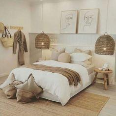 Chambre blanche : 16 idées déco et inspirations tendance Warm Bedroom, Room Ideas Bedroom, Home Bedroom, Bedroom Decor, Bedrooms, Small Bedroom Designs, Minimalist Bedroom, New Room, Room Inspiration
