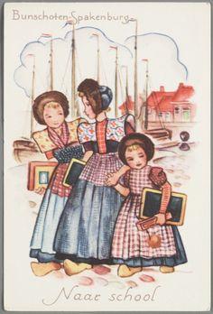 Bunschoten-Spakenburg Naar school. Ontwerp met drie kinderen op weg naar school. 1950-1960 Getekende voorstelling van drie meisjes met pluummuts. Twee meisjes met kulder, kraplap en rode doek waarvan een anachronistisch nog ongedeeld, een meisje in jurkje met fries schort. Alledrie hebben een lei in de hand. #Utrecht #Spakenburg