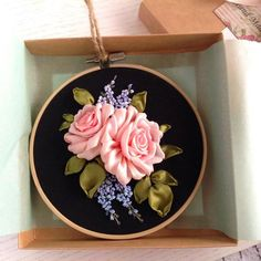Artículos similares a Botanical embroidery hoop art Silk ribbons Framed Pink roses and Blue forget me not flowers on the Black background en Etsy Ribbon Flower Tutorial, Ribbon Embroidery Tutorial, Silk Ribbon Embroidery, Embroidery Hoop Art, Embroidery Patterns, Bow Tutorial, Ribbon Art, Ribbon Hair Bows, Ribbon Rose
