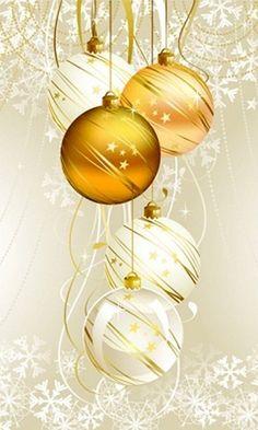 Goldener Baumschmuck kombiniert mit weißen Kugeln wirkt edel .