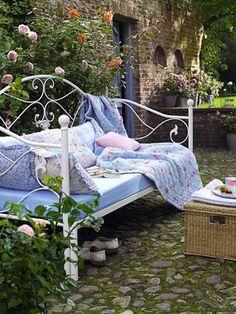 Für romantische Stunden zu zweit im #Garten: Gartensofa mit pastellfarbenen Decken #Wohnidee                                                                                                                                                      Mehr