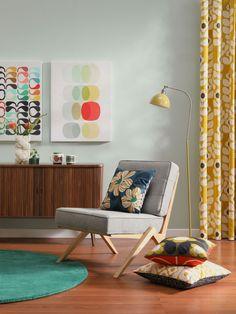 Retro obývačka so sivým dreveným kreslom, vzorovan... | DOMA.SK Contemporary, Rugs, Retro, Home Decor, Homemade Home Decor, Types Of Rugs, Rug, Decoration Home, Mid Century