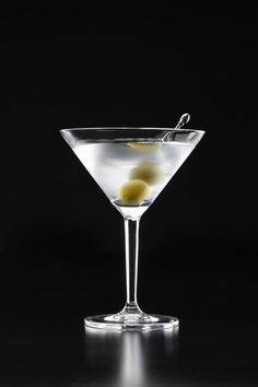 The History of the Martini - Useful Articles Vodka Martini, Dry Martini Recipe, Martini Recipes, Martinis, James Bond, Parfum Cartier, Famous Cocktails, Colorful Drinks, Cigars And Whiskey