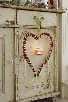 Avete in casa dei barattoli di vetro e non sapete come dare loro una nuova vita? Potete trasformarli in candele!