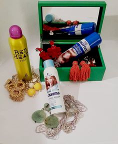 Top Essentials für das Wochende, Schmuck und Trockenshampoo. Shops, Bed Head, Essentials, Best Dry Shampoo, Schmuck, Tents, Retail, Retail Stores