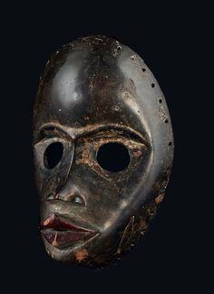 MASQUE MASCULIN aux yeux ronds et aux sourcils sculptés, il s'agit probablement d'un «masque de course» gunye ge, à moins qu'il ne s'agisse d'un «masque chanteur» au regard de la forme de sa bouche. Dan,… - Pierre Bergé & associés - 08/04/2016