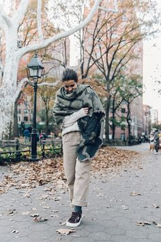 New_York-NYC-Collage_Vintage-Aritzia-Scarf-Masculine_Trousers-Superga_Sneakers-Outfit-Look_of_the_Day-Street_Style-3