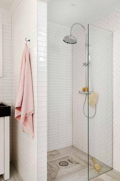 De kleine douchewand houdt spetters tegen, maar u kunt wel vrij de ruimte inlopen. Doordat de tegelvloer doorloopt in de doucheruimte ontstaat er één geheel met de rest van de badkamer. De douchekop met handdouche past perfect in de romantische stijl van de badkamer.