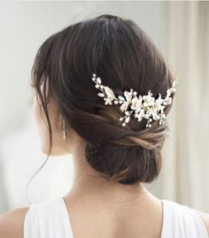 Bridal Comb, Pearl Bridal, Wedding Hair And Makeup, Wedding Hair Combs, Asian Wedding Hair, Medium Hair Wedding Styles, Bridal Hair Updo Loose, Wedding Hair Jewelry, Boho Wedding