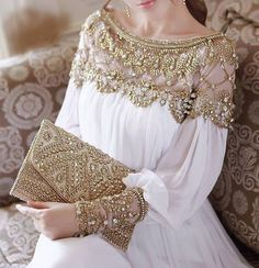 Embellished kaftan in white and gold