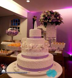 Centro das atenções na mesa de doces, o bolo de casamento deve agradar ao paladar dos convidados e enfeitar a festa.  www.noivinhostopodebolo.com