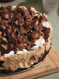 Peanut Butter Cup Brownie Cheesecake | www.cookiesandcups.com