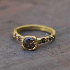 Bague sentiment en or jaune mat ciselé sertie de diamants contac par Esther Assouline pour l'Atelier des Bijoux Créateurs.