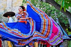 Welcome to Frida's Blue House is dedicated to Mexican painter Frida Kahlo. Mexican Art, Mexican Style, Folklorico Dresses, Traditional Mexican Dress, Mexican Costume, Mexican Fashion, Mexico Culture, Costumes Around The World, Mexican Dresses