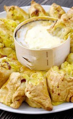 Zutaten: 2x Fertig Blätterteig 1 Ofenkäse 1,2 kg Kartoffeln 3 EL saure Sahne 1/2 Bund Schnittlauch...