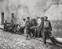 Bir ARA GÜLER harikası fotoğraf;  Istanbul sokaklarında iş bekleyen gündelikçi işçiler, 1954..