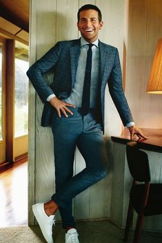 Grey suit with white shoes | Costume gris avec des chaussures blanches
