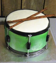Drum Cake – chocolate cake for a young man who asked for a drum set on his birthday. His mother will give him this and tell him that this is his drum (she got him a whole bunch of real drums). Drum Birthday Cakes, Birthday Cakes For Men, Birthday Desserts, Wedding Desserts, 7th Birthday, Drum Cake, Guitar Cake, 1st Year Cake, Party