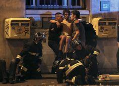A capital francesa, alvo de sete ataques terroristas na noite de sexta-feira para sábado, está literalmente ocupada por forças policiais e militares. Por exemplo, dezenas de forças especiais patrulham a zona da Notre Dame, um dos locais mais emblemáticos de Paris.Na sala de espetáculos Bataclan os terroristas deixaram um cenário de carnificina, registando-se pelo menos 100 mortos