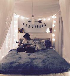 deco chambre ado fille, matelas gris, baldaquin en voile blanche, tete de lit originale en guirlande boule lumineuse, pele mele de photos et accessoires decoratifs