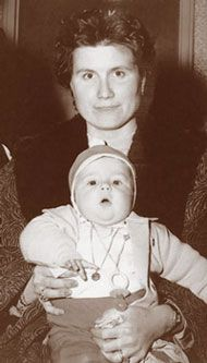 Mrs. Puliggi and baby Vittorio  were among a group of 290  Yugoslav refugees from camps in  Italy, Austria, and West Germany  who arrived at the Port of Québec  in April 1960.    National Archives of Canada  (C53922)