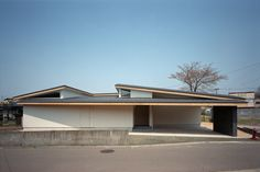 House in Kawabe is a minimalist residence located in Akita, Japan, designed by Torinosu. Minimalist Architecture, Japanese Architecture, Space Architecture, Roof Design, Facade Design, Exterior Design, Arch House, Facade House, Japanese Modern House