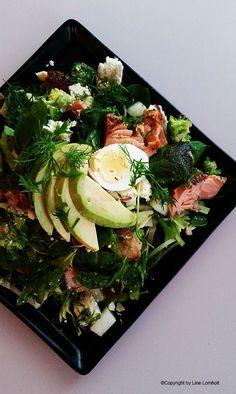 Sprød salat med varmrøget laks, æg og avokado