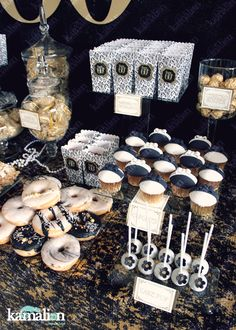 www.kamalion.com.mx - Mesa de Dulces / Candy Bar / Postres / Gatsby / Plumas / Feathers / Negro y Dorado / Black and Gold / Dulces / Cupcakes / Donas / Galletas / 20's / Art deco / Gatsby Party.