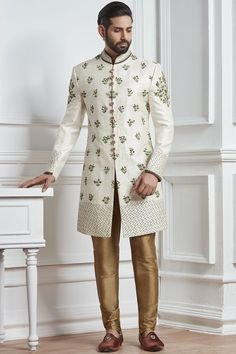 Super indian wedding outfits for men party wear Ideas Indian Wedding Suits Men, Indian Groom Wear, Wedding Dress Men, Indian Wedding Outfits, Indian Weddings, Wedding Couples, Sherwani Groom, Mens Sherwani, Wedding Sherwani